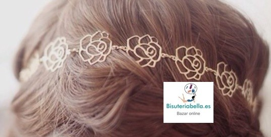 Diadema ajustada dorada con detalles rosas labrados