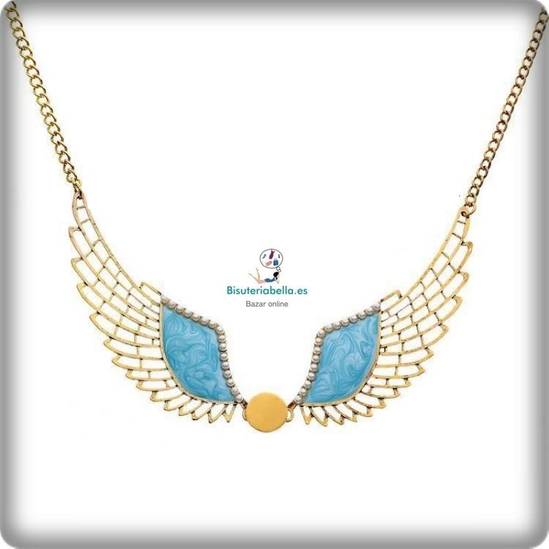 Collar dorado forma alas con detalle rosado,perlitas y boton