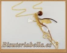 Colgante dorado cadenas finas,llave con brillantito blanco y abalorios
