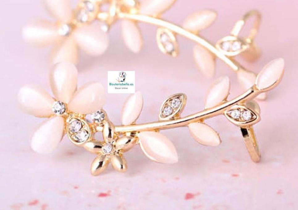Pendiente dorado floral brillantitos ajustable a la oreja
