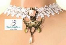 Gargantilla blanca tela mascara bronce y flor rosa detalles ajustable S-M