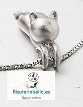 Colgante chapado en plata fino y elegante gatito pequeño estirado
