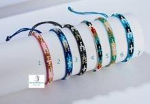 Pulsera con cuerdas y abalorios de colores