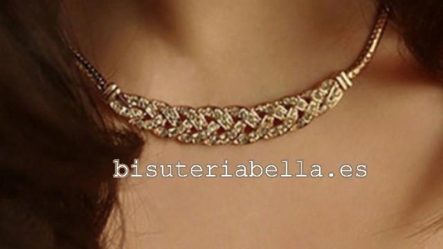 Collar dorado forma trenzada ,brillantitos blancos