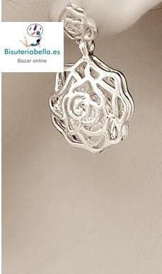 Pendientes dorados medianos tallado en forma y linea de rosas