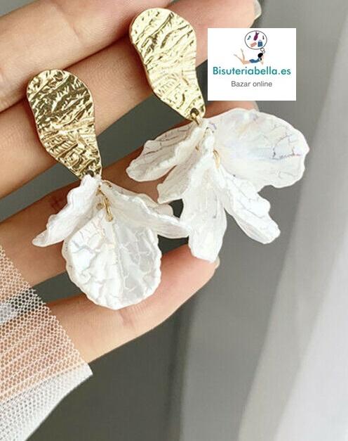 Pendientes efecto flor de nacar detalles dorados y lagrimas