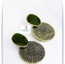 Pendientes bronce forma ovalada con detalles y piedra verdosa clara