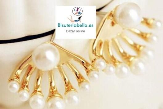 Par de pendientes dorados con perlas alrededor y una en centro