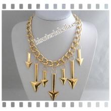 Colgante dorado grande, cadenas y flechas doradas