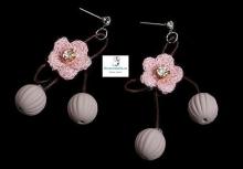 Pendientes de cordones,bolitas rosadas y flores de lana