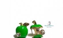 Pendientes dorados en forma de manzana verde diferentes