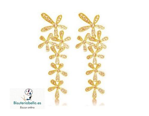 Pendientes largos dorados florales en fila con brillantitos
