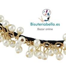 Diadema ajustable con perlas blancas y enganche dorado